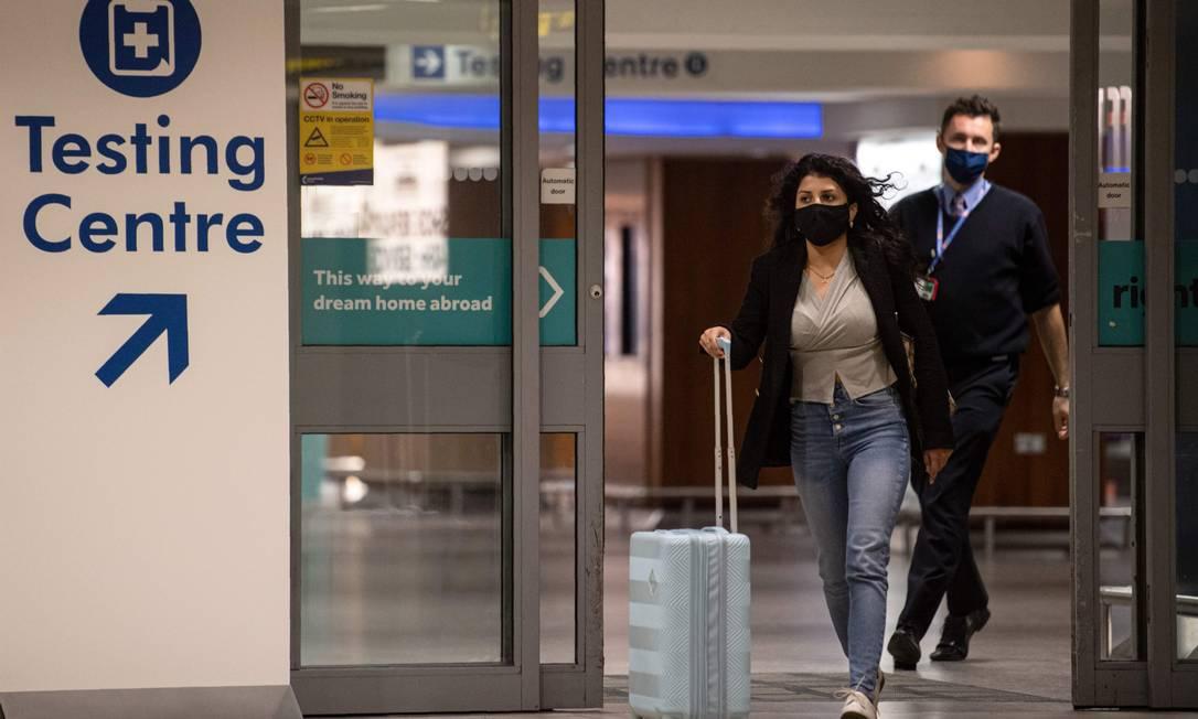No aeroporto de Manchester, passageiros se encaminham para o setor de teste: países estão cancelando voos para o Reino Unido por conta de nova cepa de Covid Foto: OLI SCARFF/AFP