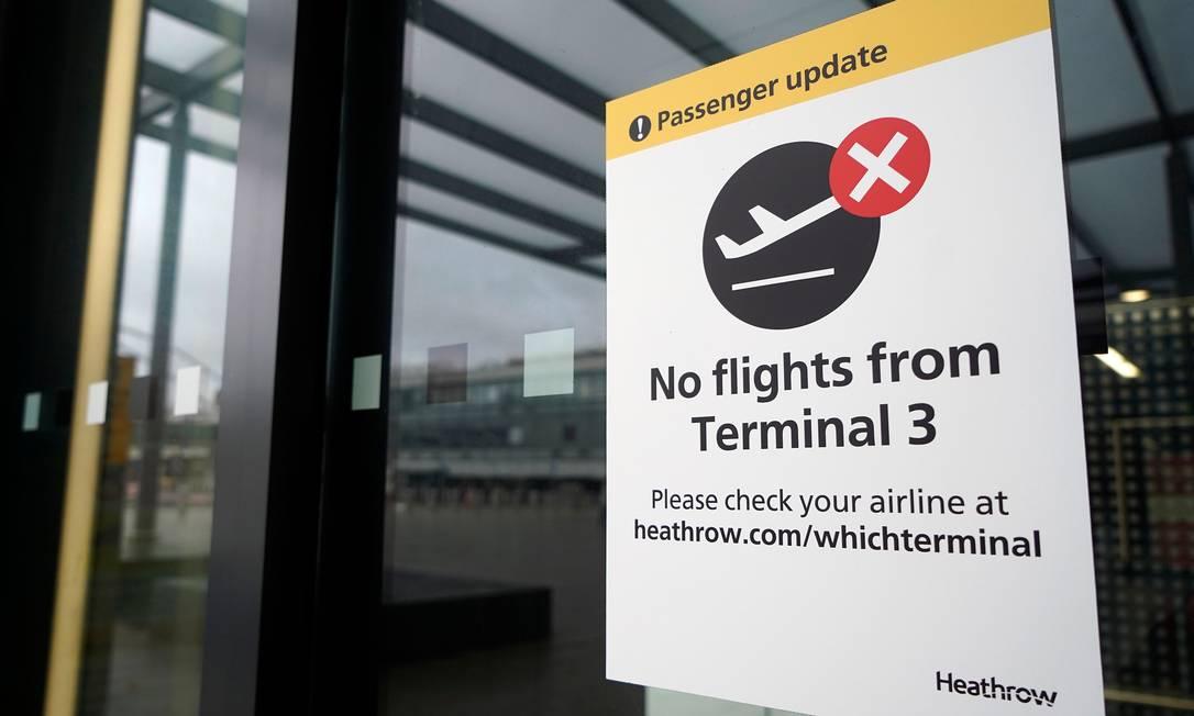 Aviso no terminal 3 do Aeroporto Heathrow, em Londres, indica que voos foram cancelados; países de diferentes regiões do mundo vetaram rotas com origem no Reino Unido temendo disseminação de nova variante do Sars-CoV-2 Foto: NIKLAS HALLE'N / AFP