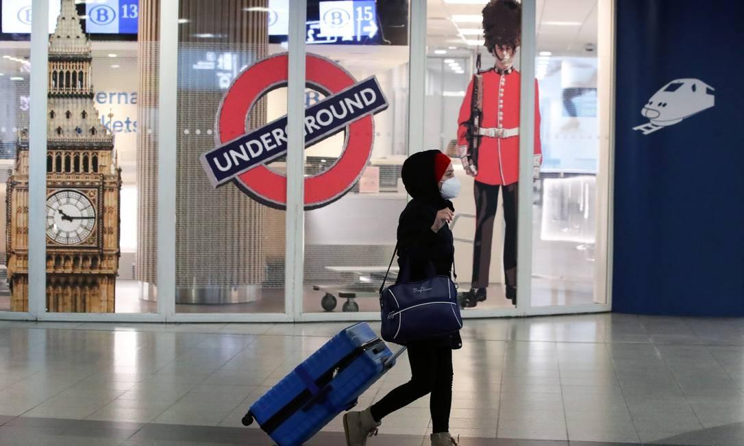 Mulher passa pela entrada fechada do terminal do Eurostar na estação ferroviária de Bruxelas Sul depois que os vizinhos europeus da Grã-Bretanha começaram a fechar suas portas para viajantes do Reino Unido em meio ao alarme sobre uma cepa de coronavírus em rápida propagação Foto: YVES HERMAN / REUTERS