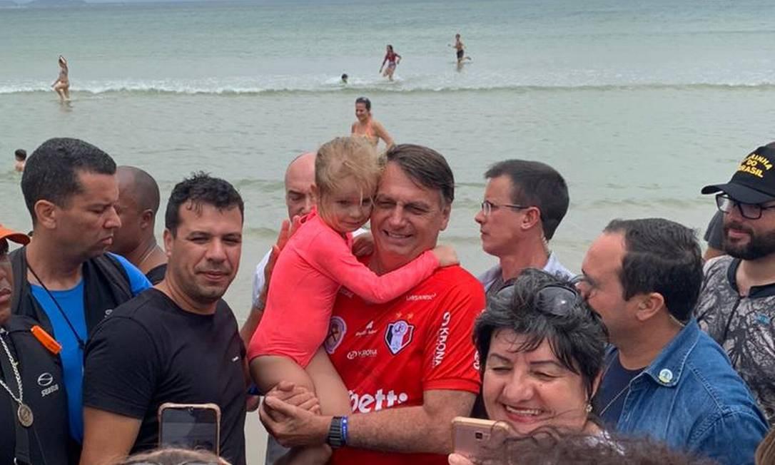Presidente Jair Bolsonaro em praia, no litoral catarinense Foto: Julia Lindner