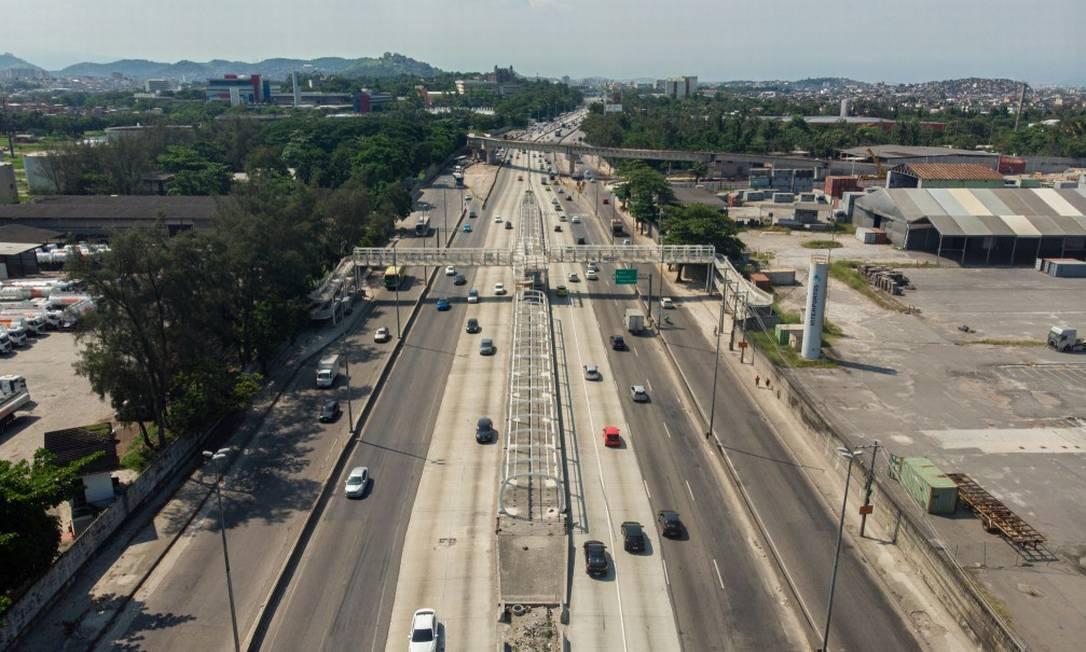 Trecho da Avenida Brasil com obra inacabada do BRT, na altura de Manguinhos: atrasos no projeto orçado em R$ 1,5 bilhão já causaram R$ 730 milhões de prejuízo aos cofres públicos, diz o TCM Foto: Agência O Globo