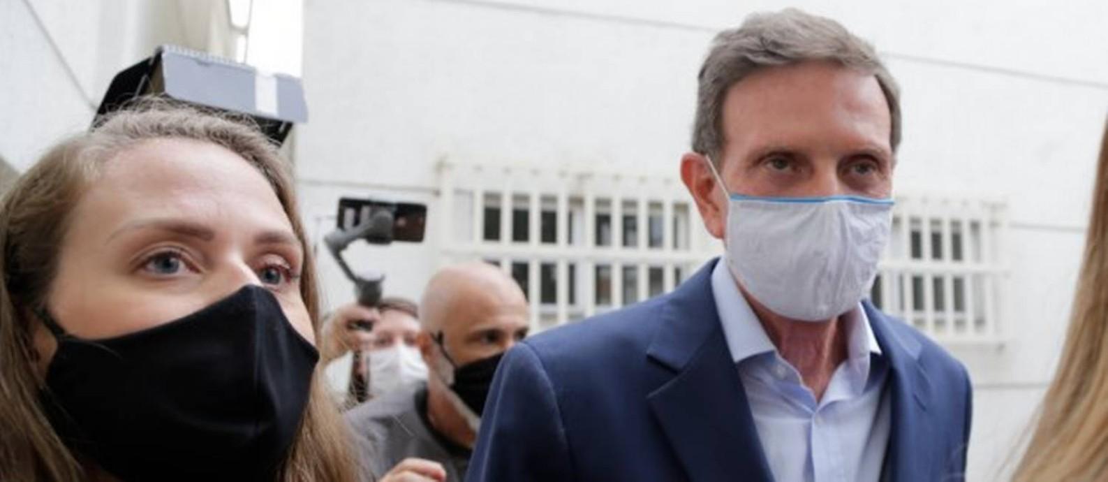 Marcelo Crivella é levado por policiais para o exame de corpo de delito Foto: Márcia Foletto / Agência O Globo