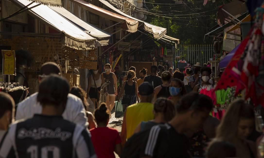 Movimentação intensa no Saara no último fim de semana antes do Natal para compras de fim de ano Foto: Gabriel Monteiro / Agência O Globo 21-12-2020