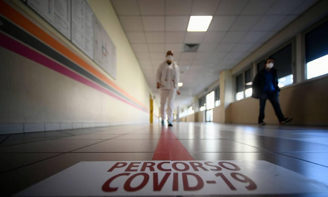 """Adesivo no chão diz """"Itinerário Covid-19"""", em hospital Tor Vergata em Roma, durante a pandemia Foto: FILIPPO MONTEFORTE / AFP"""