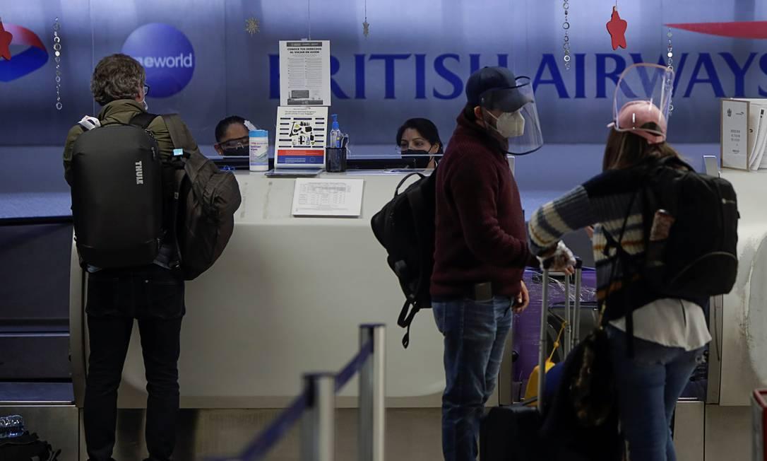 Passageiros são atendidos para fazer o check-in de seus voos para Londres, enquanto o governo mexicano analisa suspender os voos do Reino Unido devido a temores sobre uma nova cepa do coronavírus altamente infecciosa Foto: LUIS CORTES / REUTERS