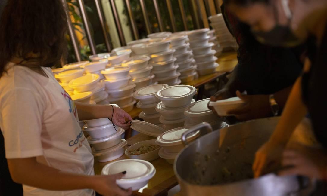 RI - Rio de Janeiro (RJ) 23/12/2020 - Projeto Ruas, em ação solidária, distribuindo alimentos no Largo do Machado. Foto: GABRIEL MONTEIRO / Agência O Globo Foto: Gabriel Monteiro / Agência O Globo