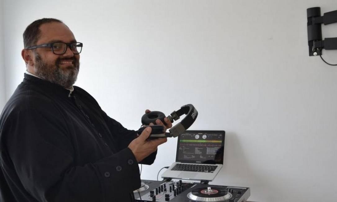 Antes de ingressar no seminário, José Antônio da Silva Coelho atendia pelo nome artístico de DJ Tony Simple Foto: Divulgação