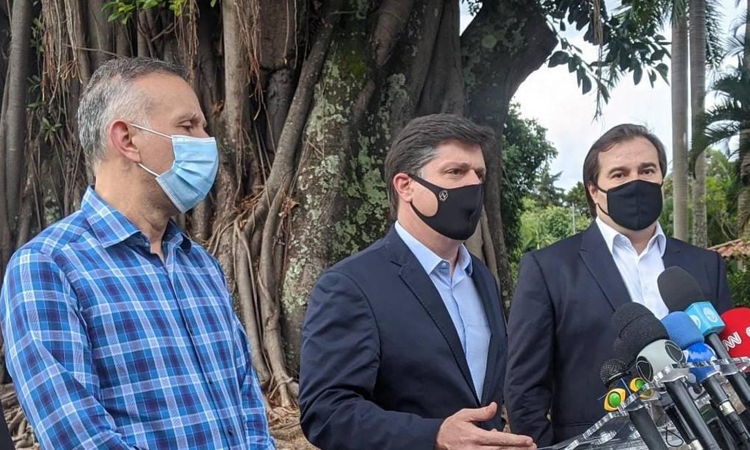 Baleia Rossi faz o anúncio da candidatura ao lado dos deputados Aguinaldo Ribeiro (à esquerda) e Rodrigo Maia (à direita) Foto: Natália Portinari/Agência O Globo