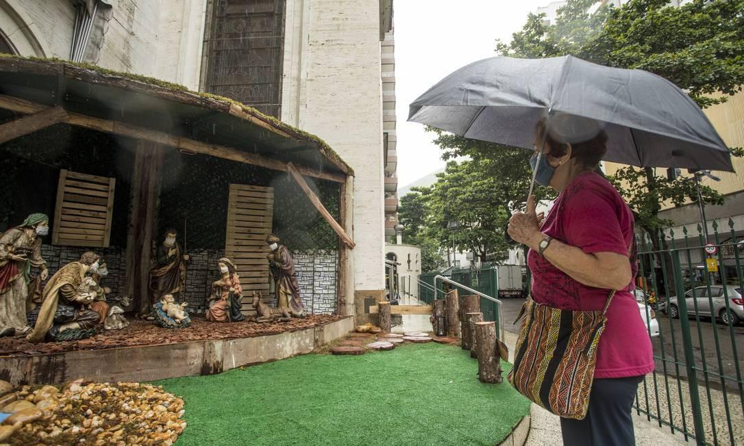 Fiel observa presépio da Paróquia São Paulo Apóstolo, em Copacabana Foto: Ana Branco / Agência O Globo
