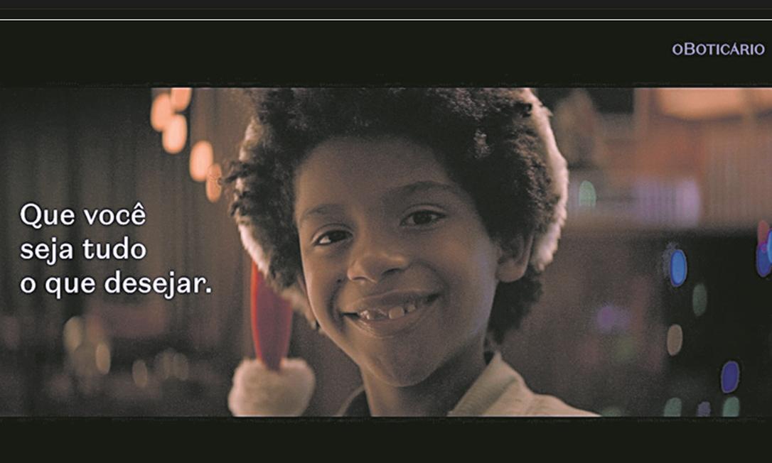 Na campanha do Boticário, menino negro questiona por que nenhum Papai Noel é como ele: empresa estruturou compromissos para a equidade racial Foto: Divulgaçãp