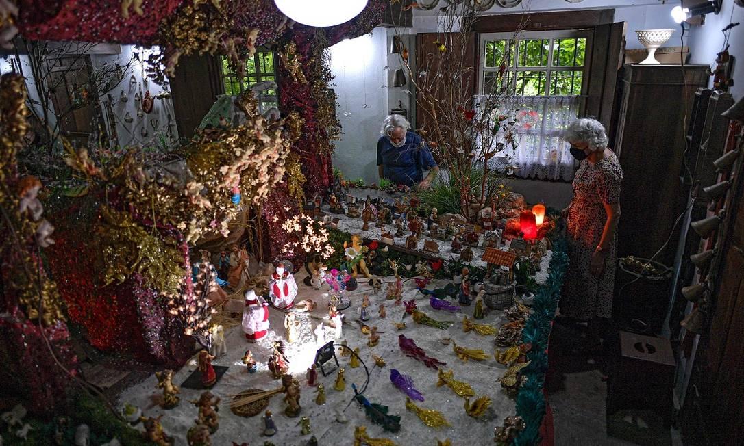 Há mais de 50 anos, o casal Iria e João de Castro monta seu presépio, que já superou as 900 peças e é um dos destaques do circuito natalino de Santa Luzia, em Minas Gerais Foto: DOUGLAS MAGNO / AFP
