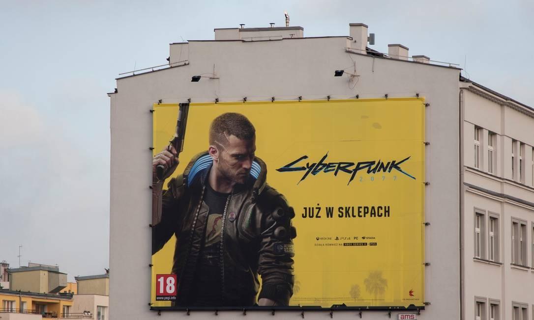 Poster de 'Cyberpunk' em Gdynia, na Polônia Foto: PETER PAWLOWSKI / REUTERS
