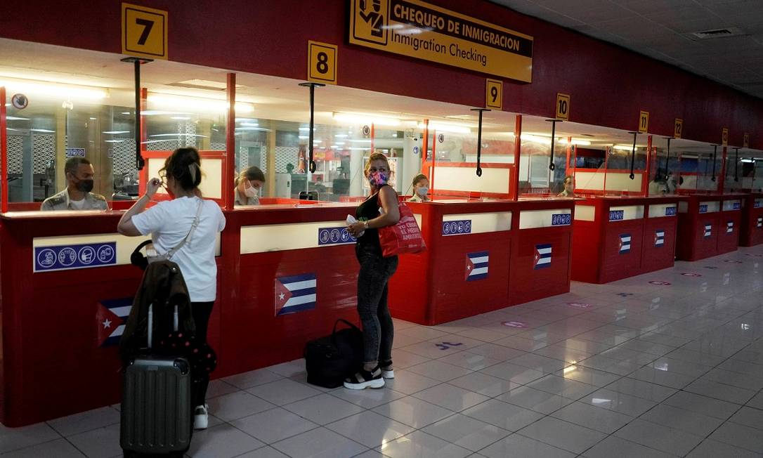 Turistas no posto de controle de passaportes do Aeroporto Internacional Jose Marti, em Havana, o principal de Cuba Foto: ALEXANDRE MENEGHINI / REUTERS