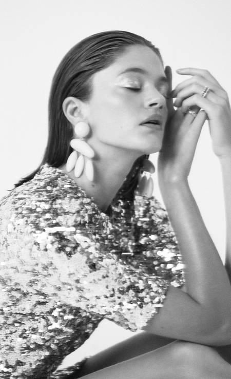 Vestido (preço sob consulta) Dolce & Gabbana, brincos (R$ 630) Mixed e anéis (R$ 929 cada) Swarovski Foto: Raphael Figueiredo