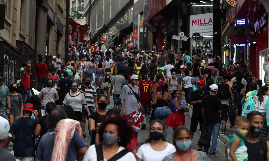 Pessoas caminham pela rua Ladeira Porto Geral, próximo à rua 25 de Março, principais locais de comércio popular de São Paulo, no dia 21 de dezembro. Foto: AMANDA PEROBELLI / REUTERS