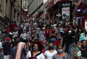 La gente camina por la Rua Ladeira Porto Geral, junto a la Rua 25 de Março, los principales lugares de compras populares de São Paulo, el 21 de diciembre.  Foto: AMANDA PEROBELLI / REUTERS