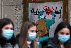 Los peatones caminan con máscaras en Barcelona, España, en los últimos 24 Foto: JOSEP LAGO / AFP