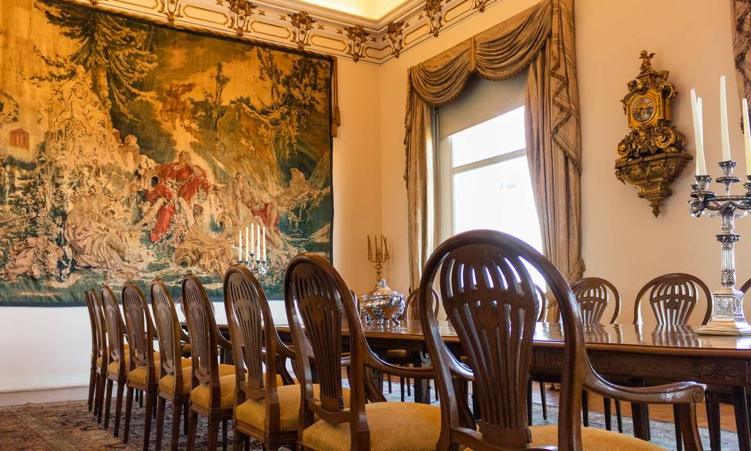 Uma das mesas de jantar do imóvel, que é conhecido por ser quase uma galeria de obras de arte Foto: Divulgação / HM Top Real Estate