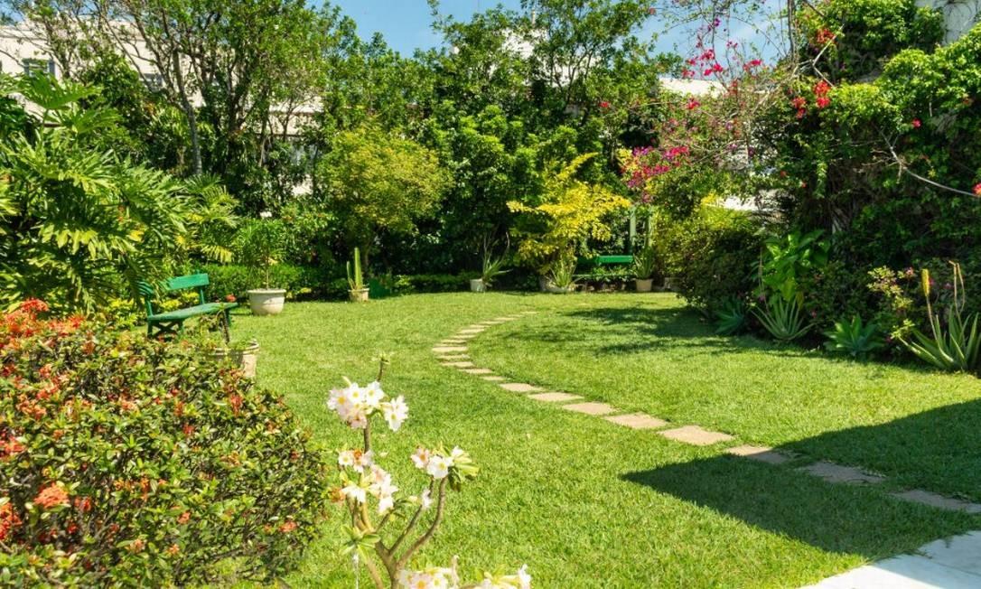 Ao lado da piscina, a cobertura tem um jardim Foto: Divulgação / HM Top Real Estate