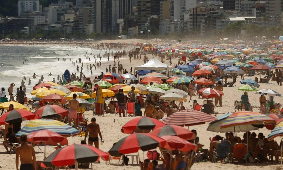 Arpoador: após Natal de chuva, sábado ensolarado levou muita gente às praias, que ignoraram a pandemia e as regras de distanciamento Foto: Roberto Moreyra / Agência O Globo