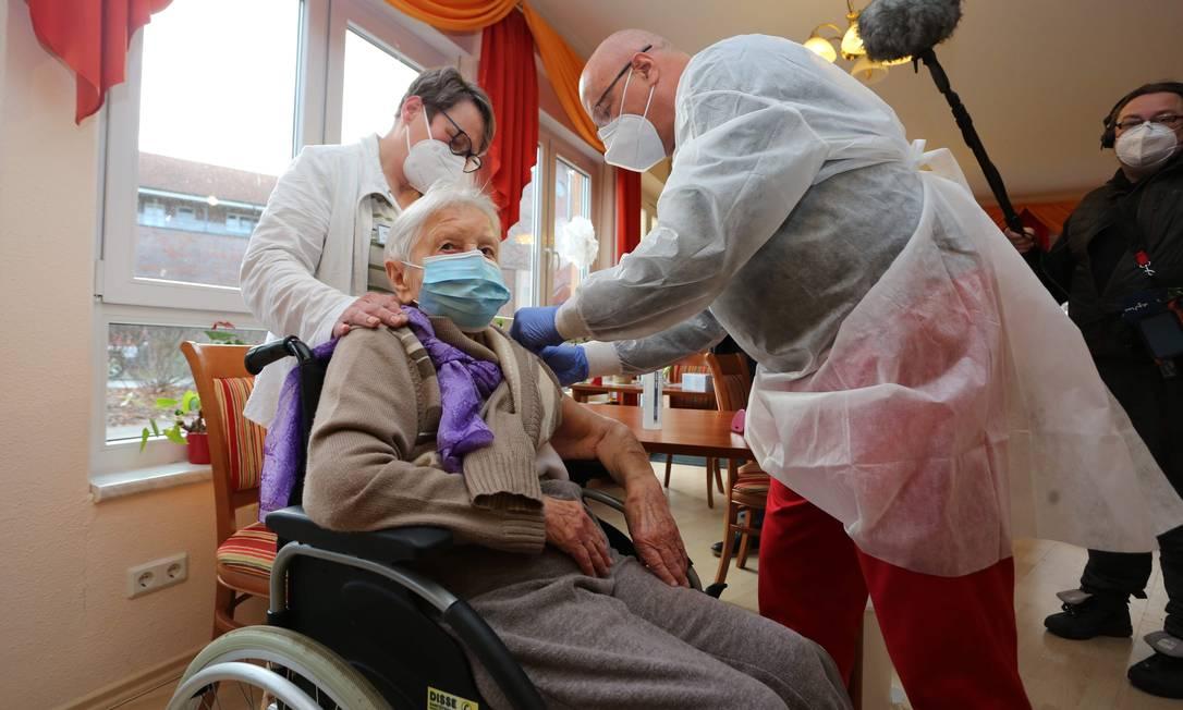 Edith Kwoizalla, de 101 anos, foi a primeira alemã a receber a vacina contra o coronavírus desenvolvido pela Pfizer/BioNTech. Foto: MATTHIAS BEIN / AFP