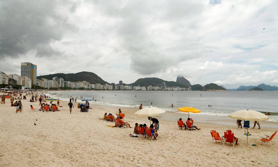 Copacabana, maior símbolo do réveillon no país, com poucos banhistas: bairro, que ficará fechado na noite de quinta Foto: Roberto Moreyra / Agência O Globo