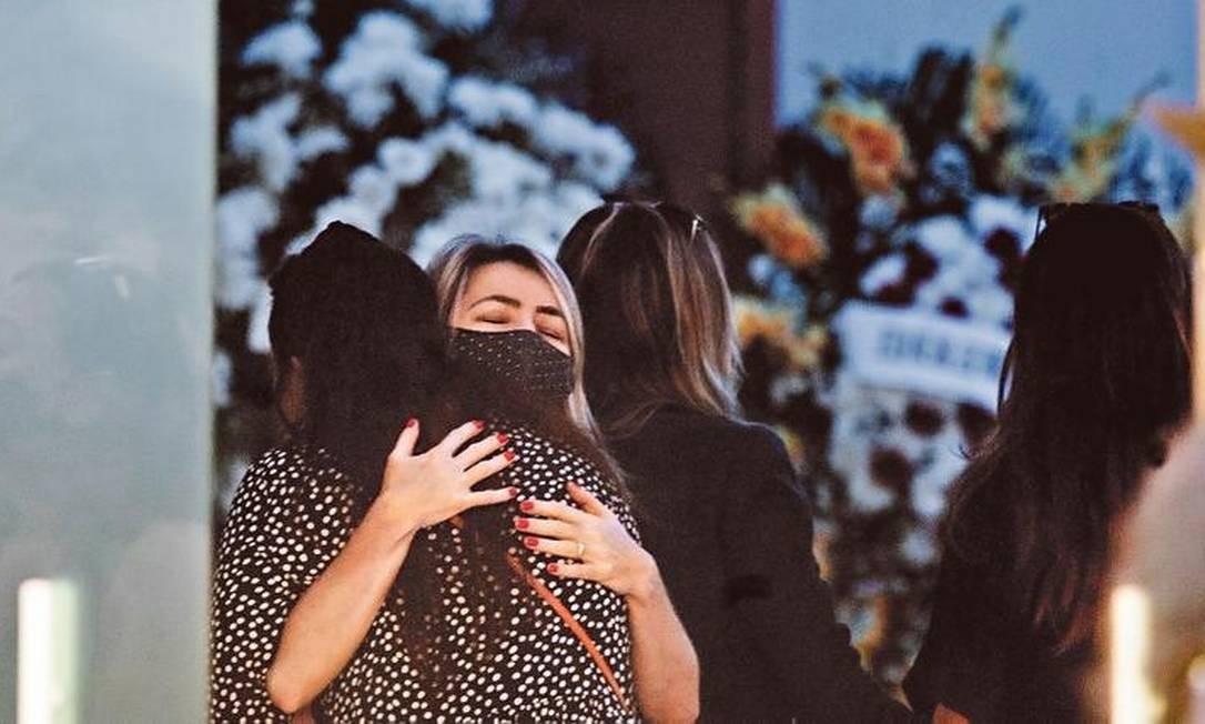 Velório da juíza atraiu familiares e colegas do Poder Judiciário ao Cemitério da Penitência, no Caju,mesmo em meio à pandemia Foto: Márcia Foletto / Agência O GLOBO