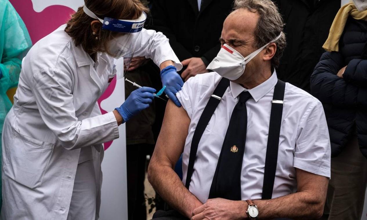 O especialista e diretor do Departamento de Infectologia do hospital Amedeo di Savoia, Giovanni Di Perri, é vacinado em Turin, noroeste da Itália Foto: MARCO BERTORELLO / AFP