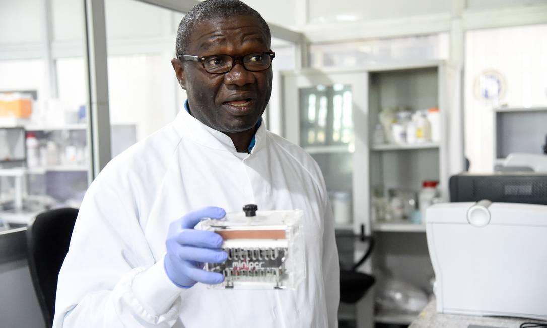 O professor Christian Happi, diretor do Centro Africano de Excelência para a Genômica das Doenças Infecciosas, responsável pelo sequenciamento genético da variante do Sars-CoV-2, em laboratório de Ede, Nigéria Foto: PIUS UTOMI EKPEI / AFP