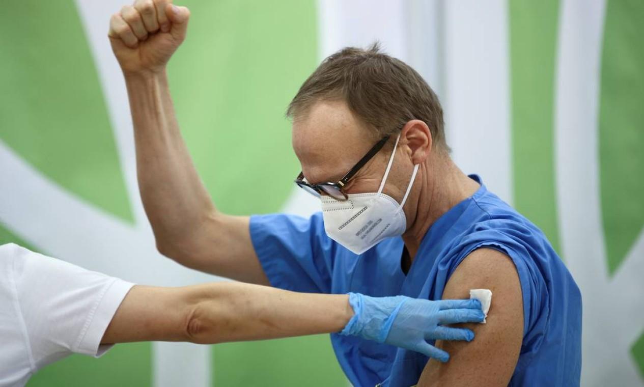 Profissional de saúde comemora após receber a vacina Pfizer/BioNTech contra o coronavírus, no Hospital Favoriten em Viena, Áustria, no dia em que a União Europeia começou oficialmente a imunização em massa Foto: LISI NIESNER / REUTERS