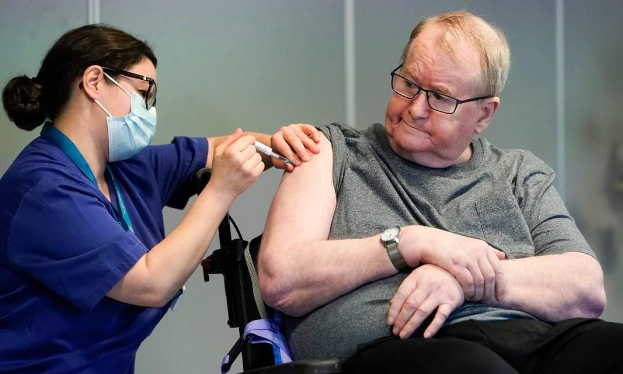 Svein Andersen, de 67 anos, residente dq 'casa de Ellingsrud' foi o primeiro na Noruega a receber a vacina, em Oslo Foto: FREDRIK HAGEN / AFP