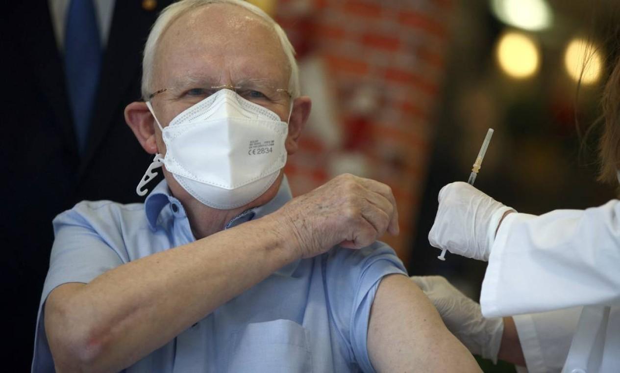 Residente do asilo lar de Leopoldau recebe a vacina Pfizer/BioNTech, em Viena, Áustria Foto: LISI NIESNER / REUTERS