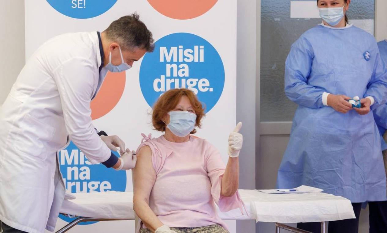 Branka Anicic recebe a vacina, em Zagreb, Croácia Foto: ANTONIO BRONIC / REUTERS