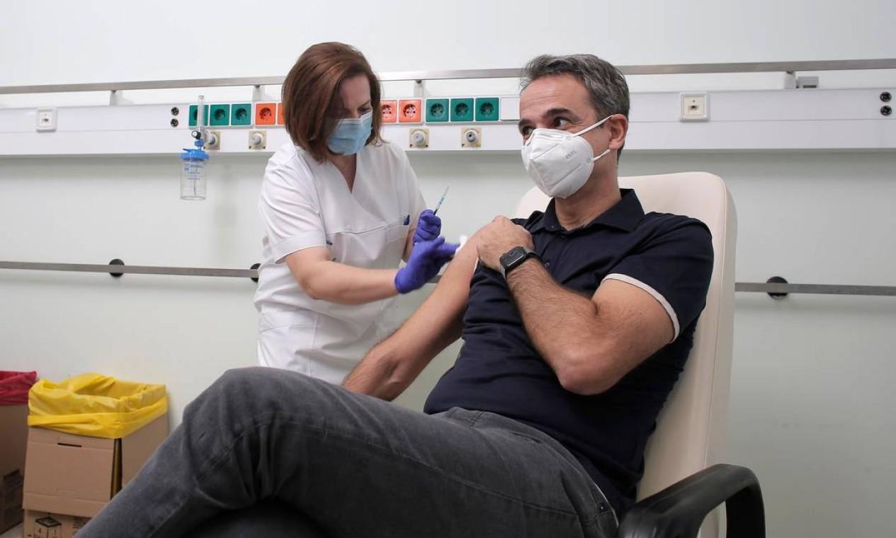 Primeiro-ministro da Grécia, Kyriakos Mitsotakis, recebe uma dose no Hospital Universitário Attikon em Atenas Foto: KOSTAS TSIRONIS / AFP