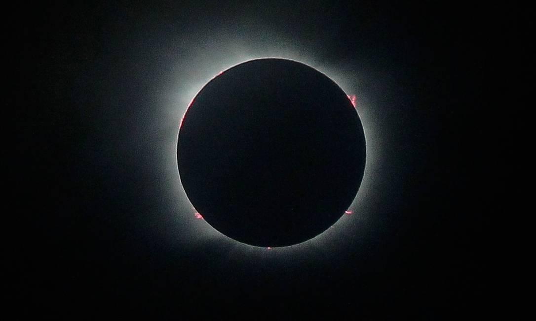 Às 13h03 do dia 14 de dezembro, La Araucanía, no sul do Chile, estava completamente escuro. Embora a chuva não tenha diminuído, cientistas e curiosos que viajaram até o local conseguiram observar o eclipse total do sol, fenômeno que só será visto novamente no Chile em 2048 Foto: Cristián Carvallo / El Mercurio/Chile/GDA