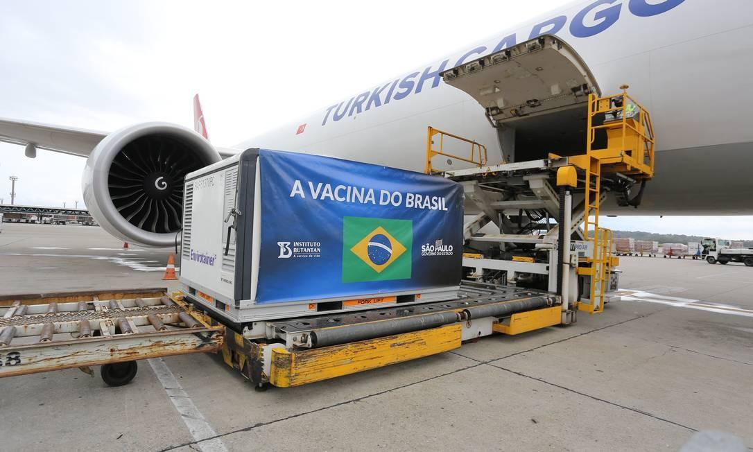 Carga do quinto lote de Coronavac durante desembarque no aeroporto de Guarulhos (SP) nesta segunda-feira (28) Foto: Governo do Estado de São Paulo/Divulgação