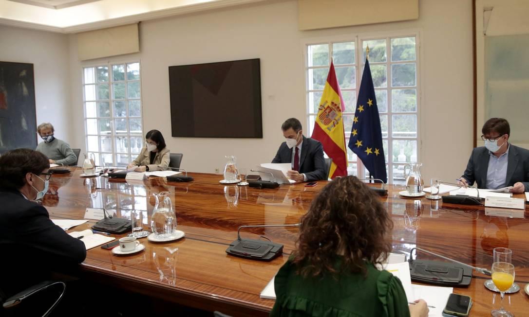 Reunião do comitê científico da Covid-19 espanhol. Foto: JOSE MARIA CUADRADO JIMENEZ / AFP