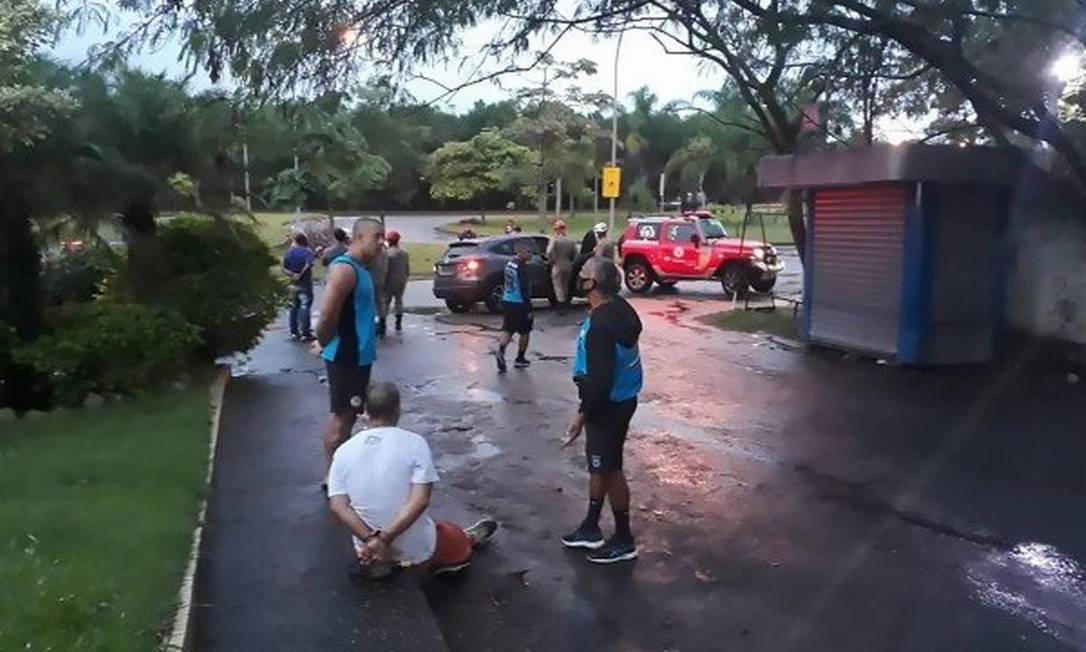 Paulo José (de branco) é detido por guardas municipais após o crime Foto: Reprodução