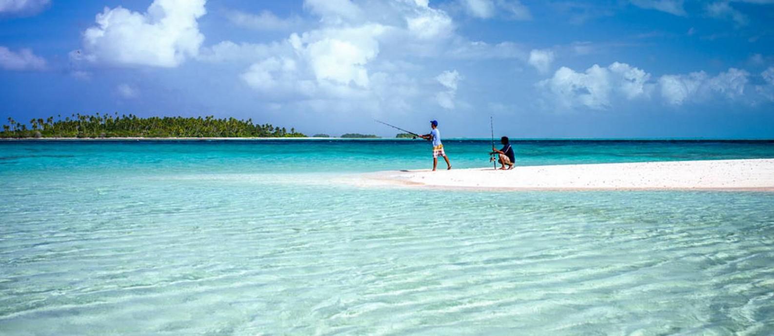 Jovens pescam no atol de Abaiang, nas Ilhas Gilbert, em Kiribati Foto: David Kirkland / Kiribati National Tourism Office / Divulgação