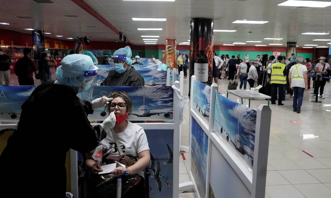 Turista mexicana é testada no aeroporto de Havana, em Cuba Foto: ALEXANDRE MENEGHINI / REUTERS