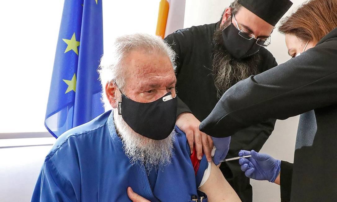 O Arcebispo Chrysostomos II de Chipre recebe sua primeira dose da vacina Pfizer-BioNTech COVID-19 no Centro de Saúde Latsia, no sul de Chipre Foto: CHRISTOS AVRAAMIDES / AFP