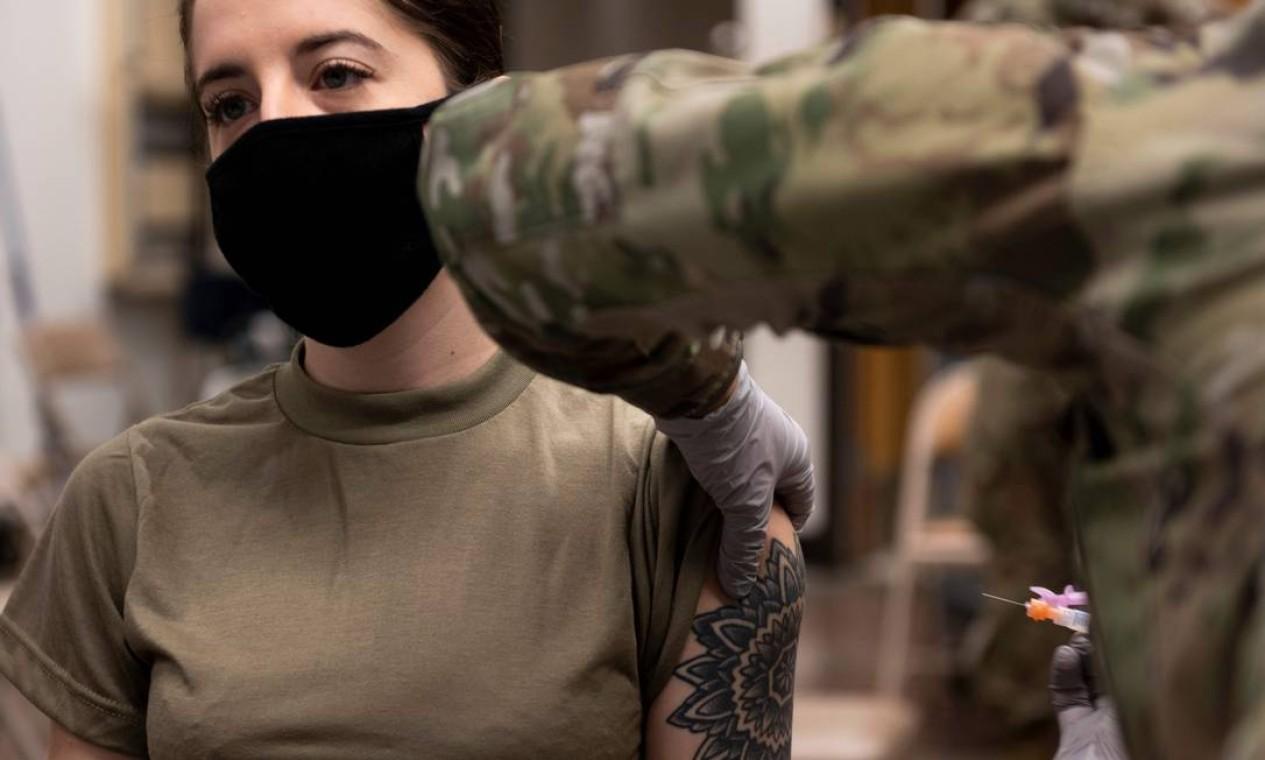 Militar das Forças Coreanas dos Estados Unidos recebe a primeira rodada da vacina Moderna na Base Aérea de Osan, ao sul de Seul, na Coreia do Sul Foto: HANDOUT / AFP