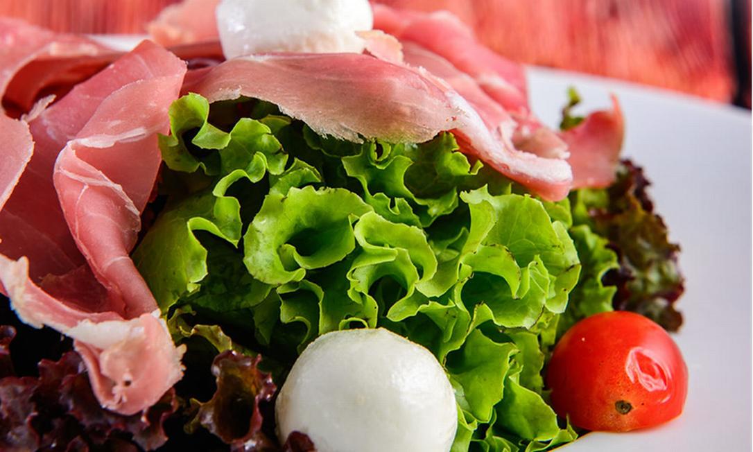 A sugestão da Le Dépanneur (2622-3443) do Plaza Niterói leva presunto de Parma, mix de folhas, boursin, tomate-cereja e teriyaki. Custa R$ 41,90 Foto: Raphael Coimba / Divulgação