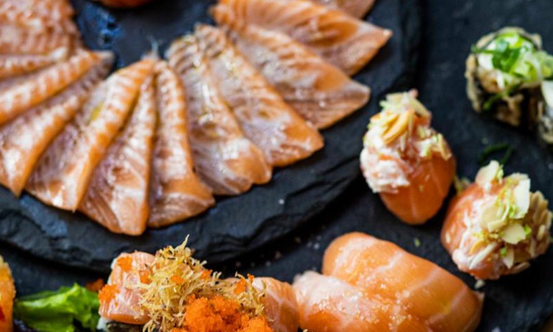 A Temakeria & Cia. (3619-6227) aposta no Combinado Expert, que tem 25 fatias de carpaccio de salmão com azeite trufado, limão e flor de sal mais 24 peças: R$ 149,90 Foto: Divulgação