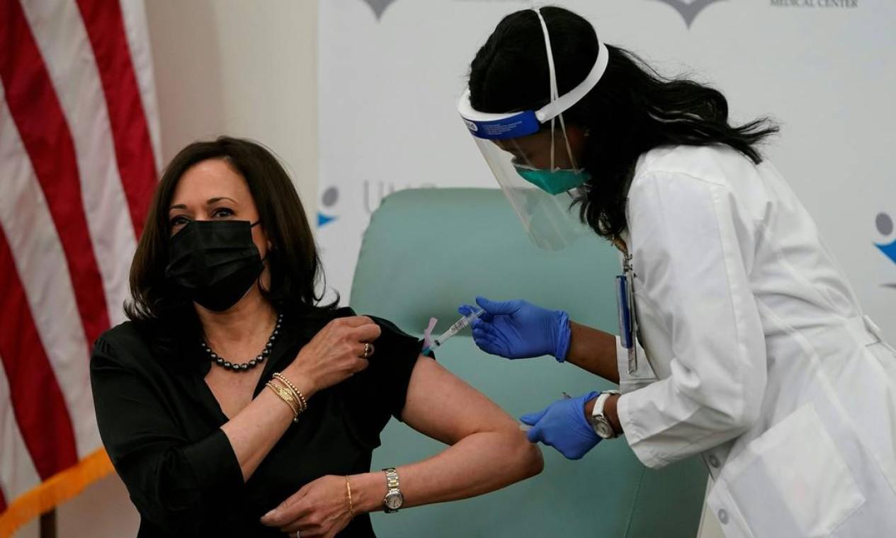 Vice-presidente eleita dos EUA, Kamala Harris, recebe uma dose da vacina da Moderna para a Covid-19 Foto: ALEX EDELMAN / AFP - 29/12/2020