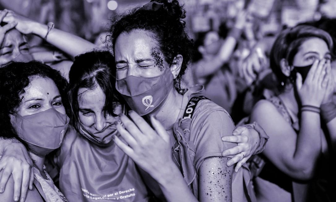 Manifestantes a favor da legalização do aborto se concentraram durante toda a noite em frente ao Congresso argentino. O país aprovou a legalização do aborto na madrugada de quarta-feira (30) Foto: AFP