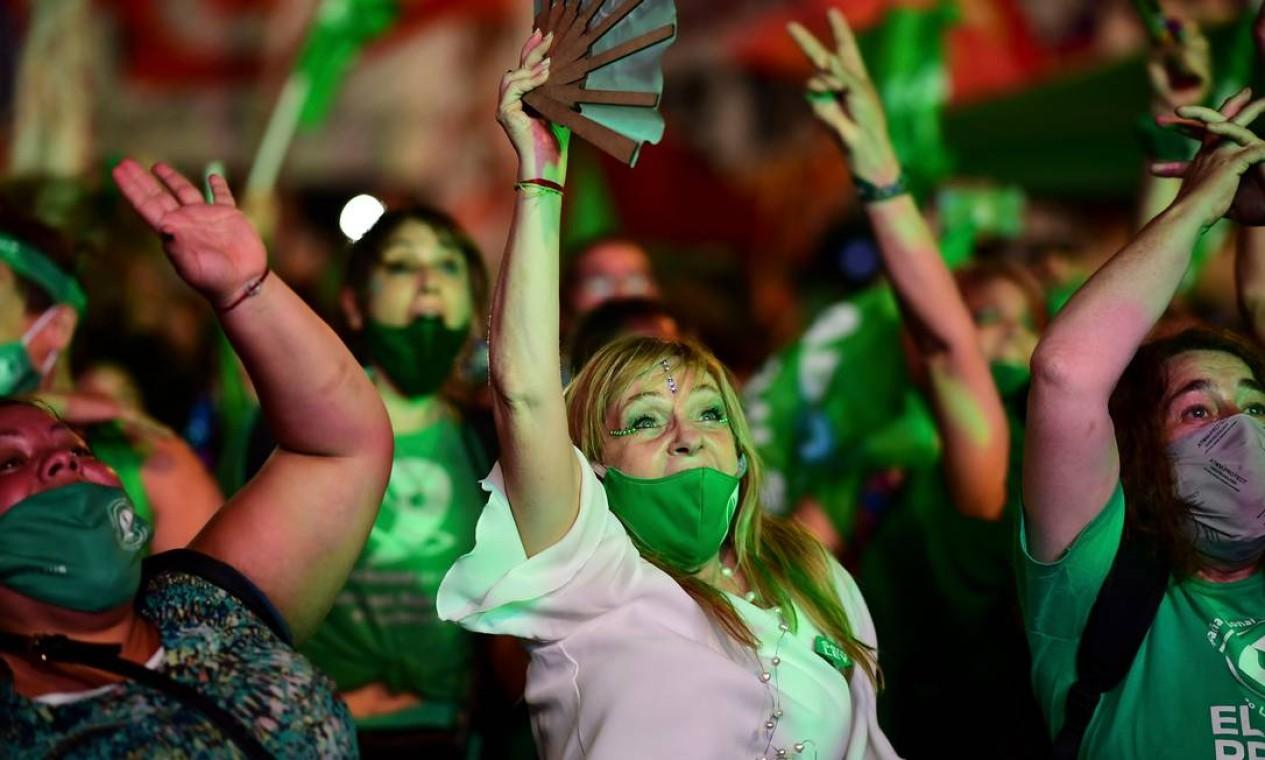 Manifestantes pró escolha comemoram a aprovação da lei que legaliza o aborto pelo Senado argentino Foto: RONALDO SCHEMIDT / AFP