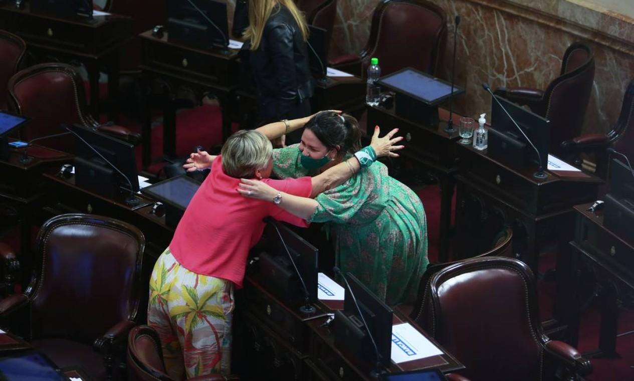 No Senado argentino, duas mulheres se abraçam para comemorar a aprovação da legalização do aborto Foto: MATIAS BAGLIETTO / REUTERS