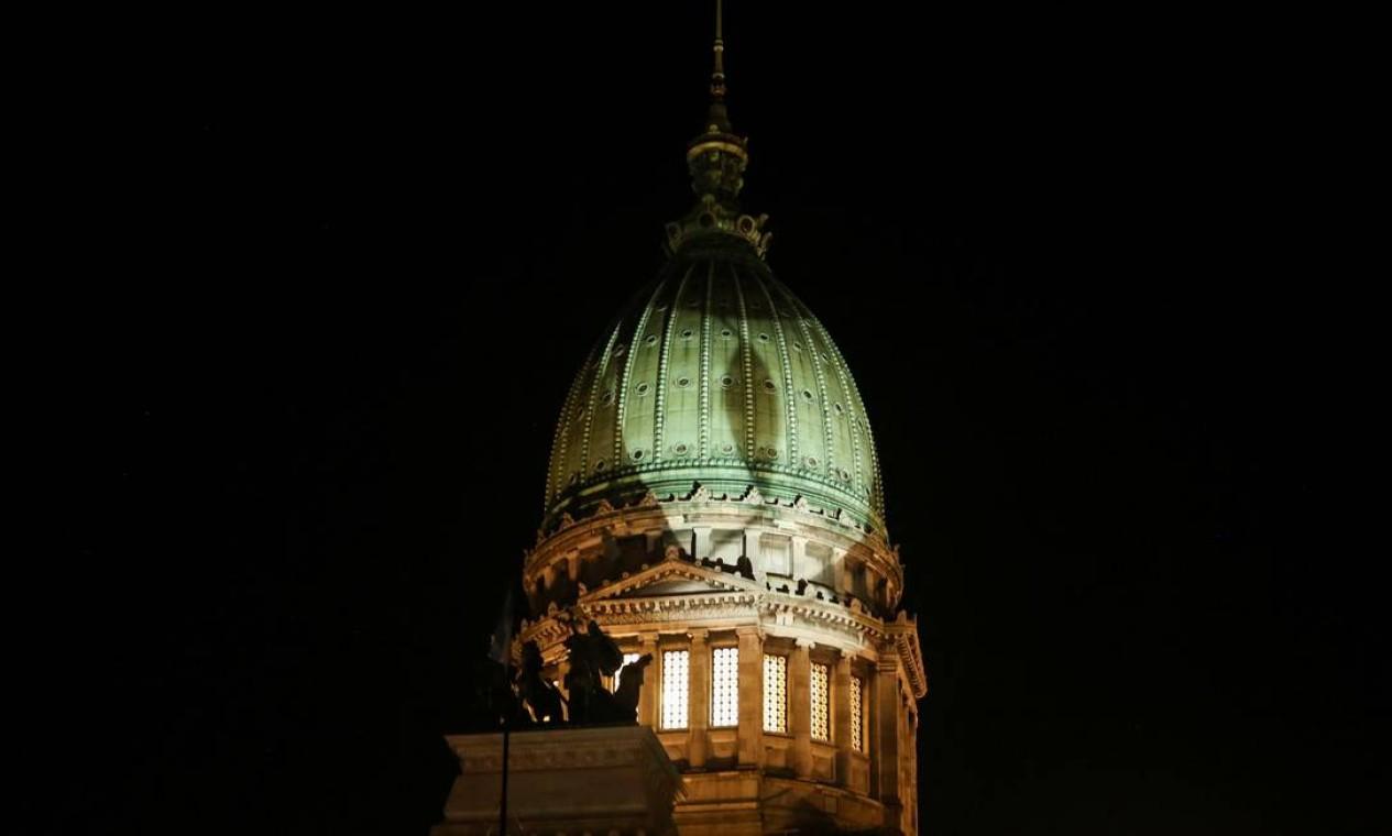 O domo do Congresso argentino iluminado pela campanha pelo aborto legal e seguro Foto: STRINGER / REUTERS