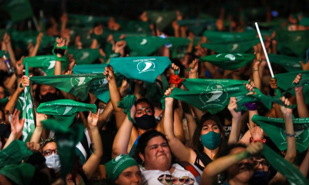 Mulheres comemoram a aprovação da legalização do aborto pelo Senado argentino Foto: AGUSTIN MARCARIAN / REUTERS